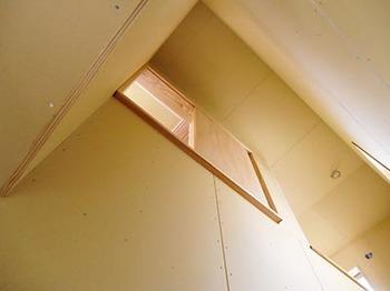 階段室の通風窓.jpg